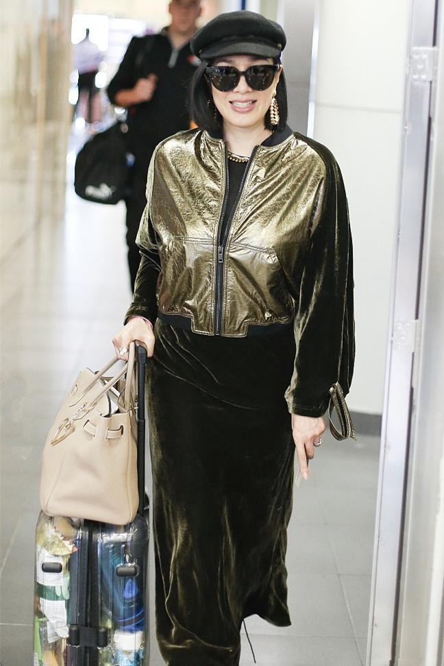 原创             钟丽缇与外国友人同行,夹克配丝绒裙打扮时髦,微胖身材真有韵味