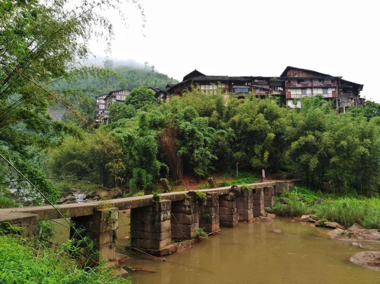 原创              神秘的丙安古镇,吊脚楼建在悬空峭壁之上,明清建筑的活化石