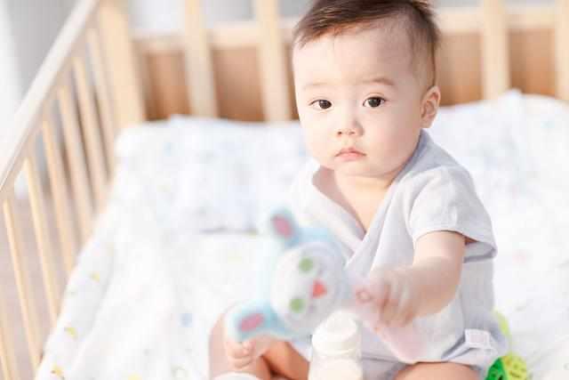 """1岁后,孩子这些""""坏习惯""""再烦也要惯着"""