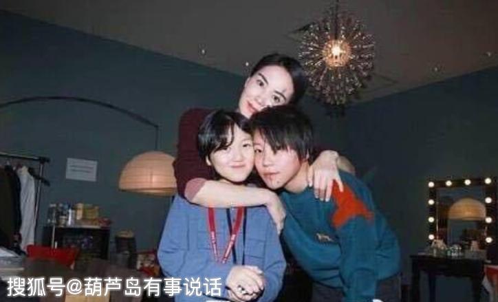 李嫣的唇腭裂跟王菲有关?看到她与奶奶的合照,网友急忙道歉!