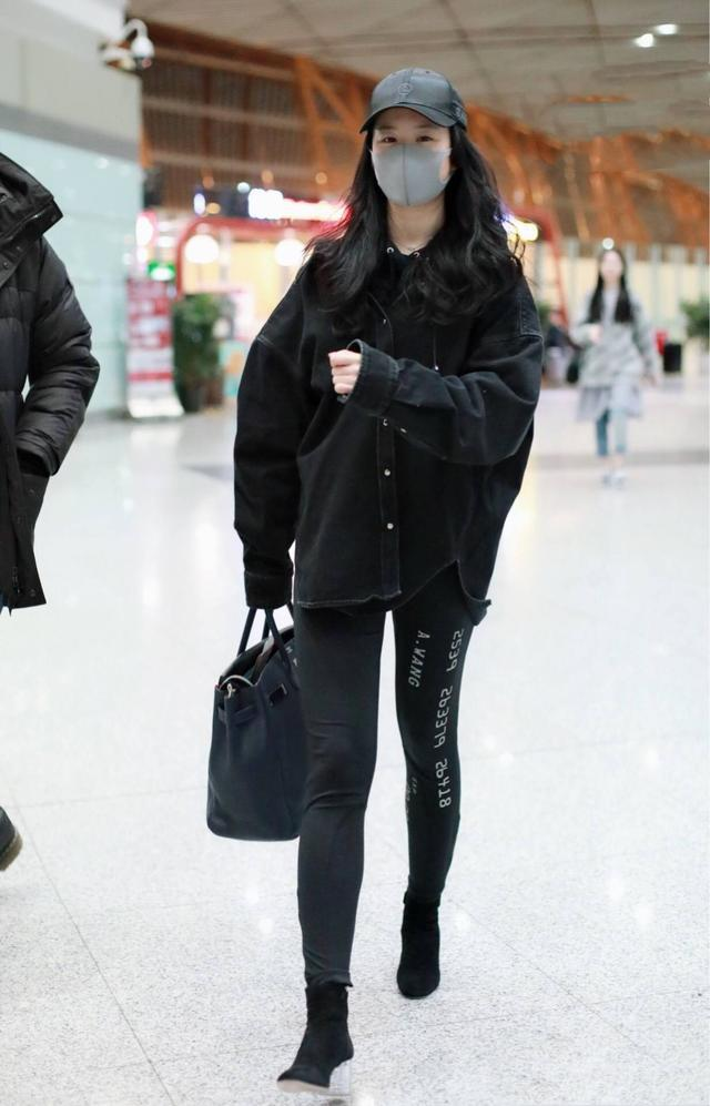 原创             刘亦菲穿黑裙瘦了,完全看不出腿粗,手臂还特纤细!