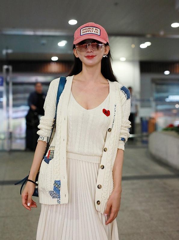 林志玲身穿一条白色的百褶半裙,依旧一副少女样