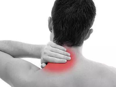 颈椎病最严重的症状_颈椎病只是脖子痛?没那么简单!严重的颈椎病真的会瘫痪_压迫