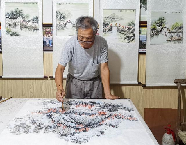 无锡南方泉看农民画家王新良作画,画一幅五尺的牡丹图只需半小时