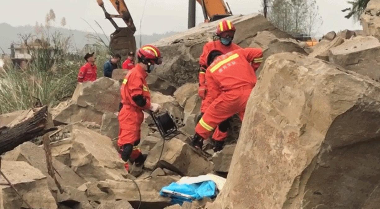 蓬安突发山体落石 3名被埋行人已救出