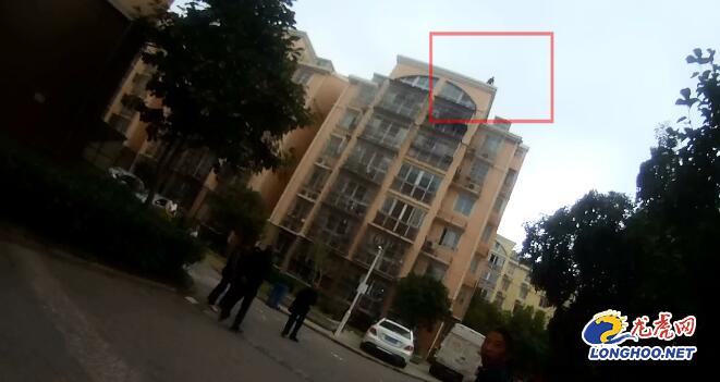 恐高民警爬上7樓7分37秒救下輕生女