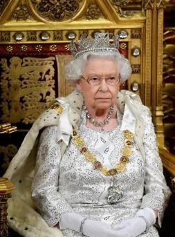 """年紀大了,王冠太重?英女王打破傳統,未在議會開幕式上戴""""帝國王冠"""""""