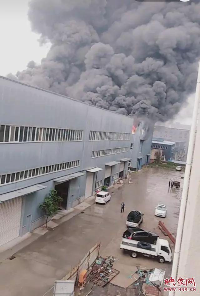 【事故】华中一软包厂突发大火,浓烟翻滚过火面积约6000㎡!