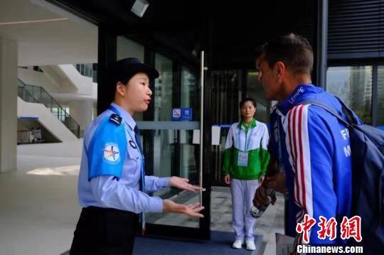 """军运村里邂逅""""蓝臂章""""武汉涉外警务服务队投入工作"""