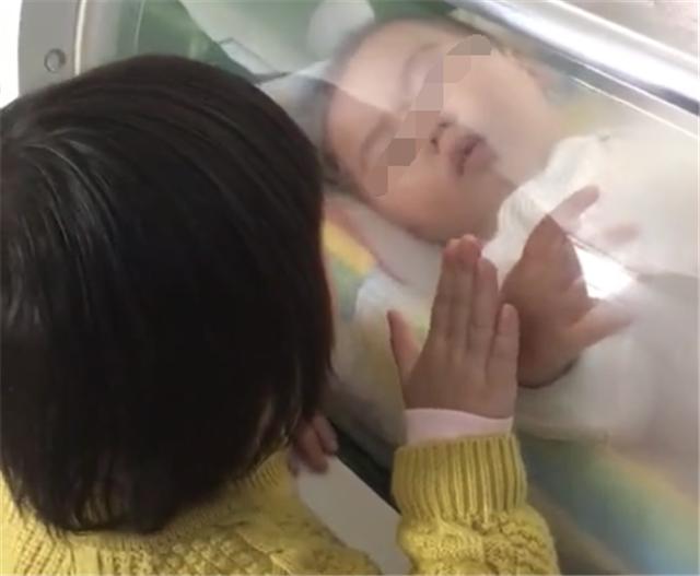 姐姐陪弟弟做高压氧,弟弟表现的很乖,网友:宝宝怎么了?