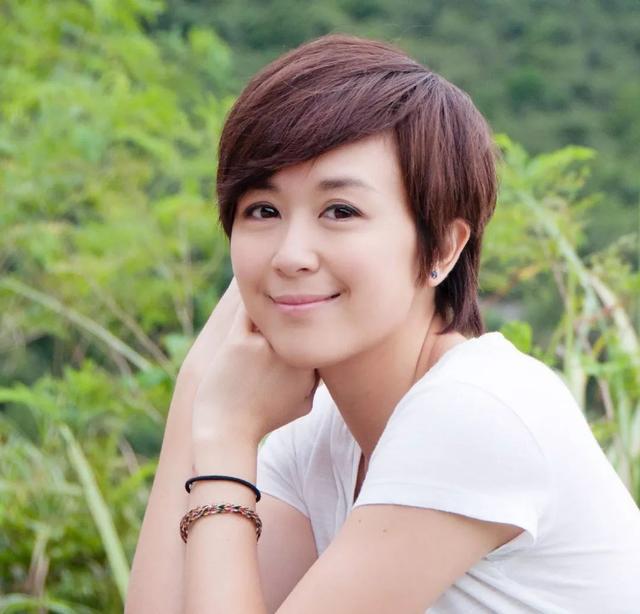 因《大唐双龙传》走红,她未婚先孕嫁大十岁导演,为做公益洗厕所