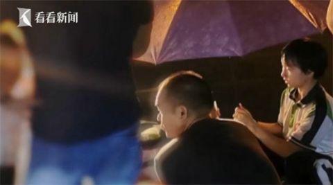 """雨夜為受傷老人打傘 兩名""""最美中學生""""找到了"""