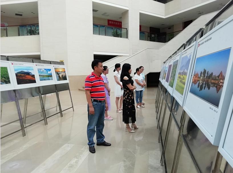市紅十字會組織幹部職工觀看慶祝新中國成立70周年攝影作品展