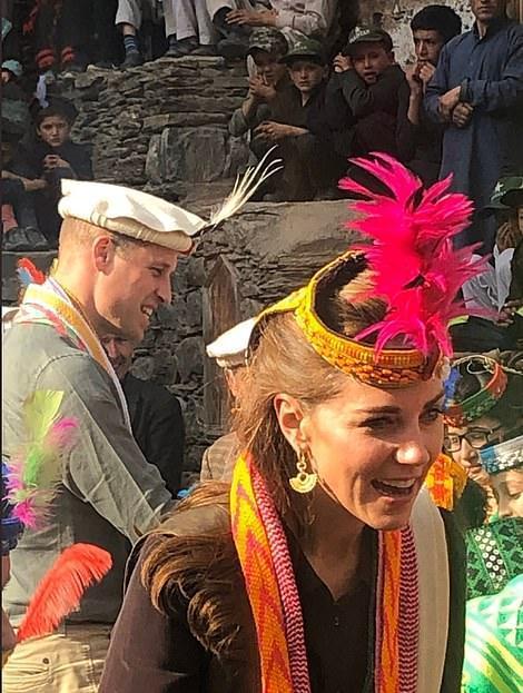 凯特王妃穿衣大突破!衬衫皮马甲配羽毛帽子太拉风,异域风迷人啊
