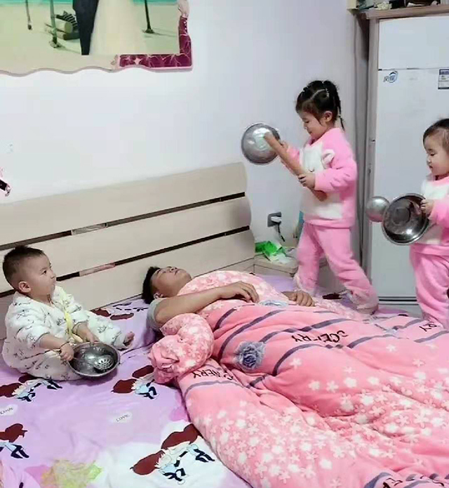 """爸爸周末睡懒觉,三个宝宝""""敲锣打鼓""""叫起床,网友:隔着屏幕都受不了"""