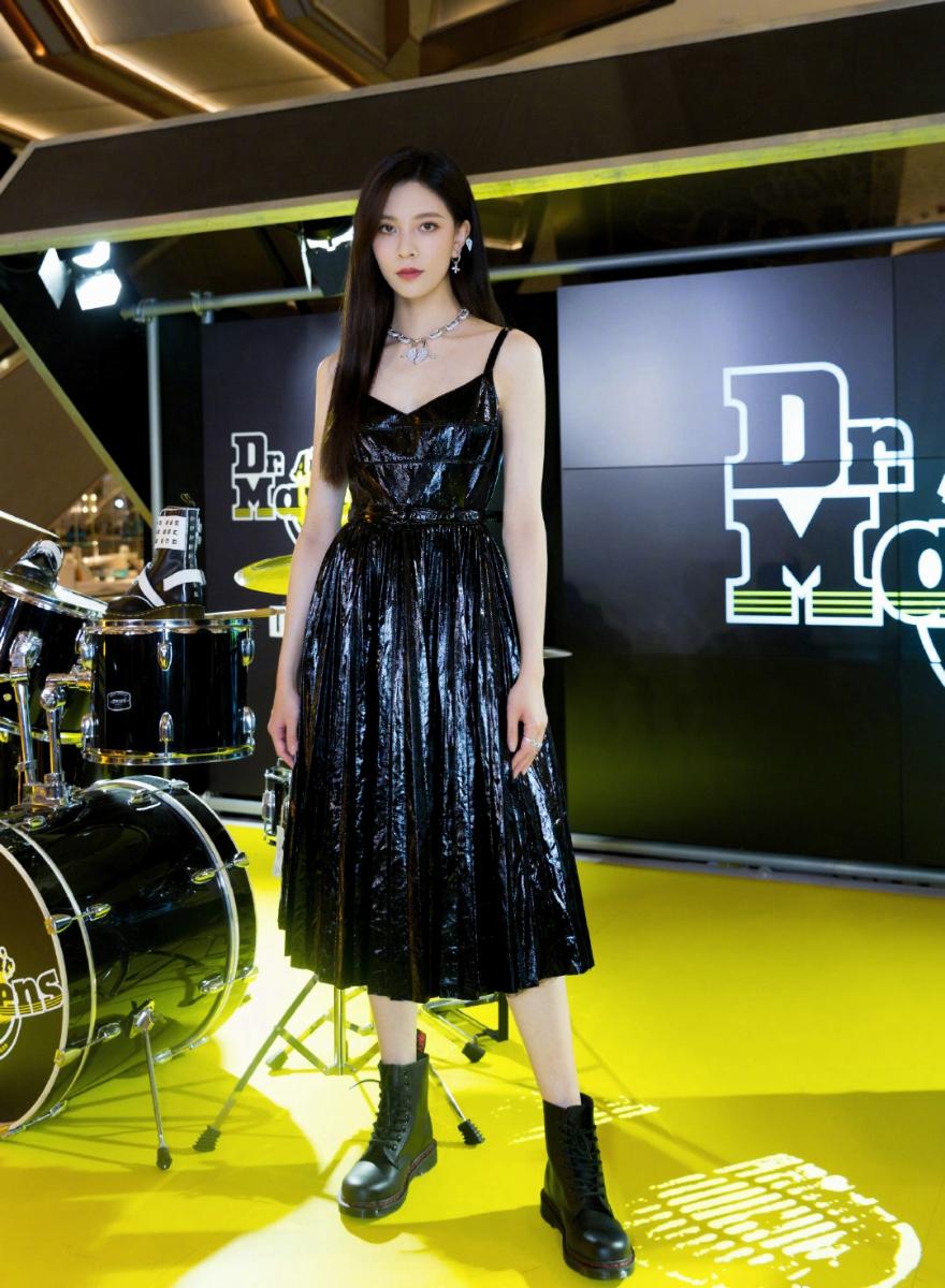 宋妍霏吊带裙配马丁靴超酷亮相未来想演杀手挑战打戏
