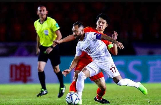 国足世界杯争议误判!菲律宾逃过红牌加点球,国安也被昏哨给黑了