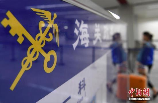 [中国新闻网]广东湛江海关查获大量非法入境液态奶和植物种子