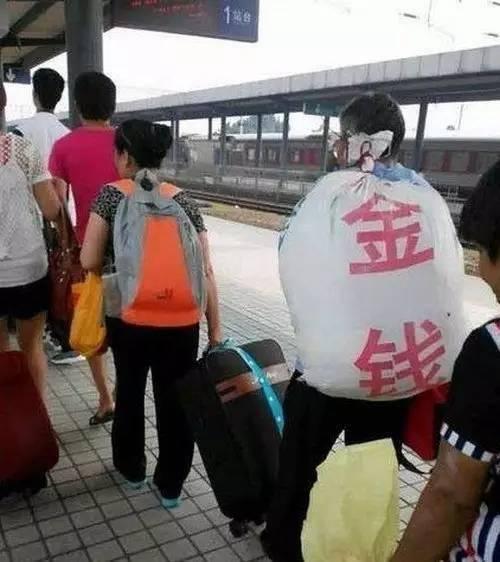 搞笑GIF:大叔,你这袋子太明显了吧 _段子
