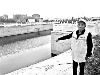 60岁的河南商丘环卫工人刘明起救起3名落水儿童