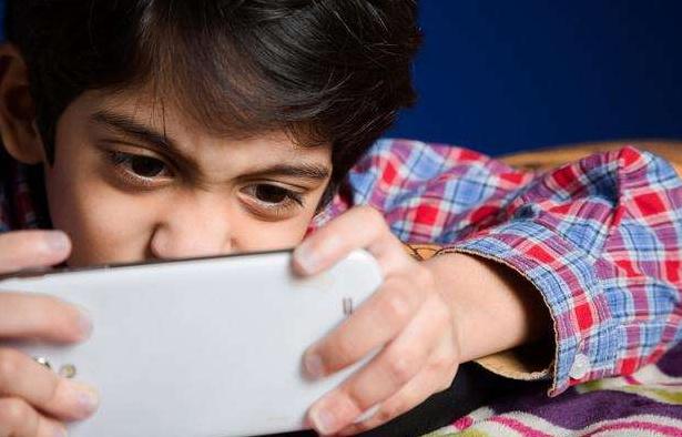 玩手机与不玩手机的孩子,十年后差距太大了,真是天差地别