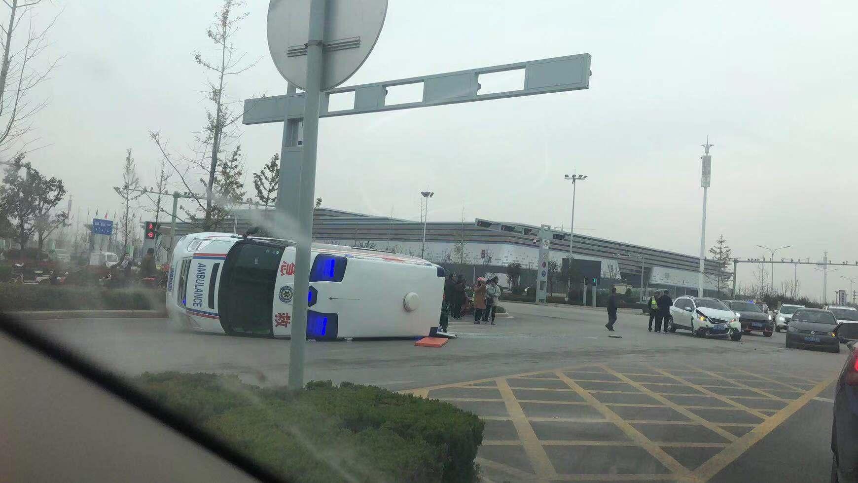 山东菏泽一救护车发生事故后侧翻,3人受伤送医
