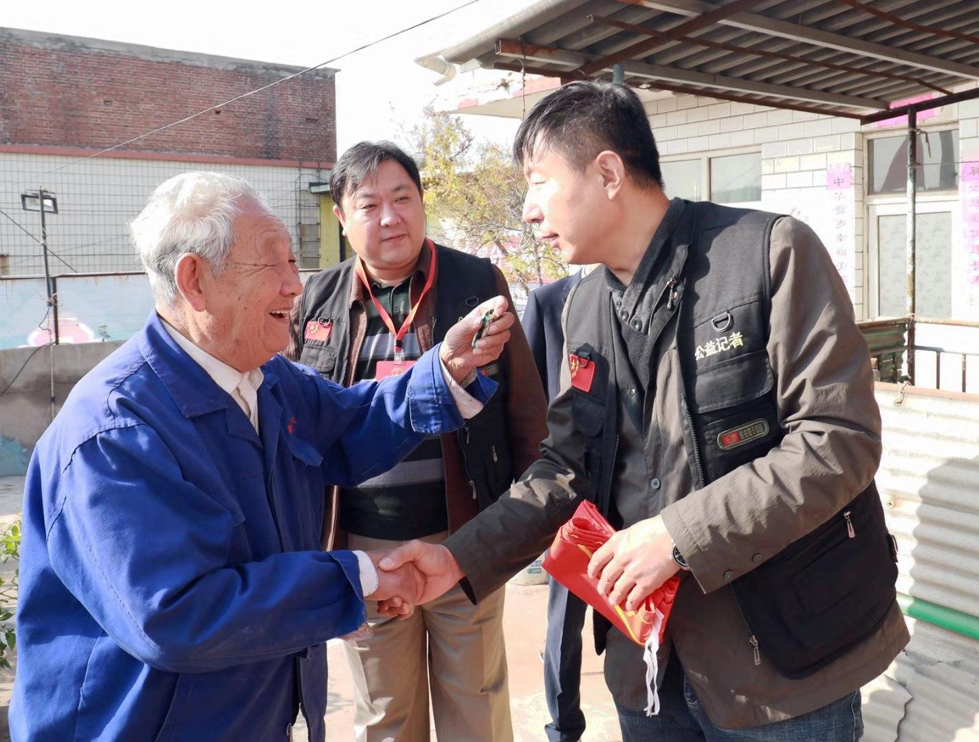 志願者攜手愛心企業探望一名退伍老兵,感受他永遠不變的初心