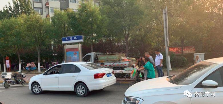 宁河有小区门口卖货影响交通?