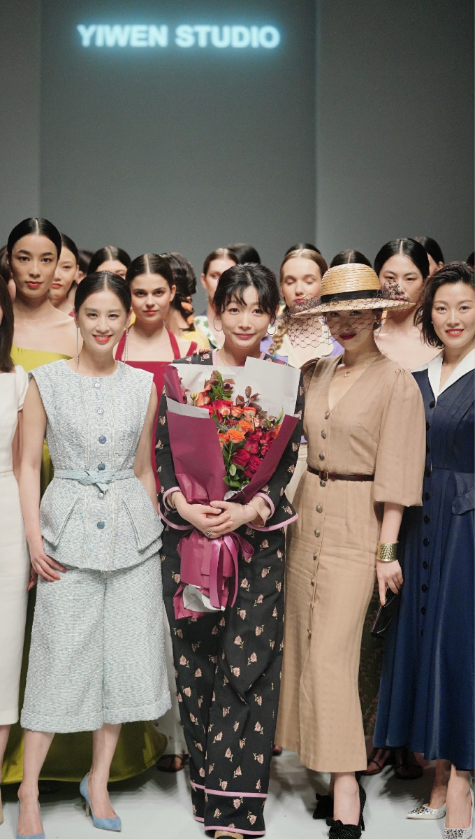 黄圣依优雅亮相时装周看秀朱珠连拍五部戏想去度假