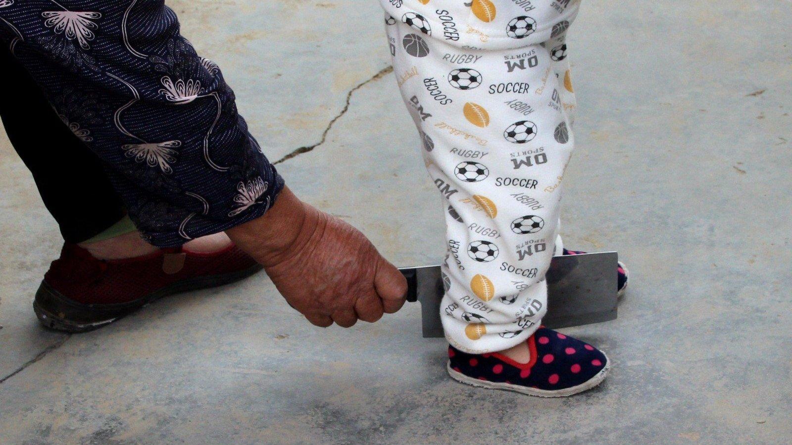 """宝宝学走路,奶奶拿刀后面""""砍"""",网友:这操作让人看不懂"""