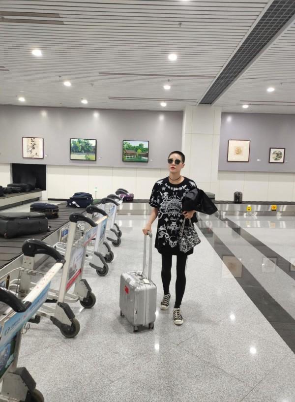 景珂一身潮装现身机场,寸头抢镜前往丝绸之路国际电影节开幕式