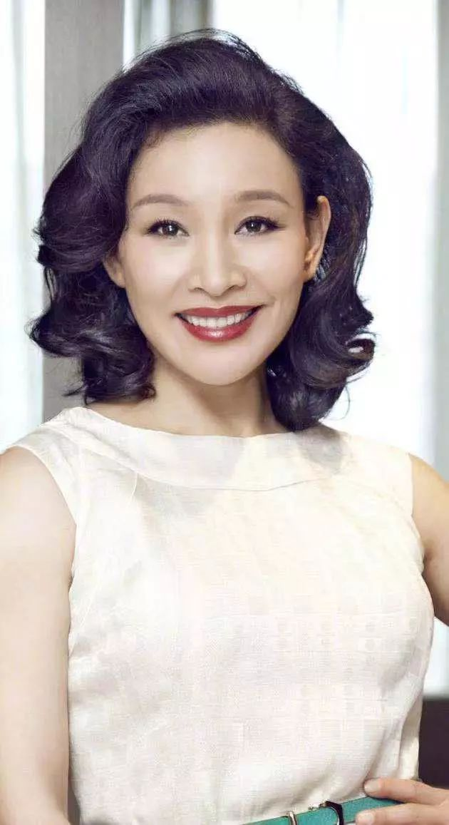 一劇讓17歲的李小璐走上巅峰,58歲的她,曾棄雙胞胎養女惹争議