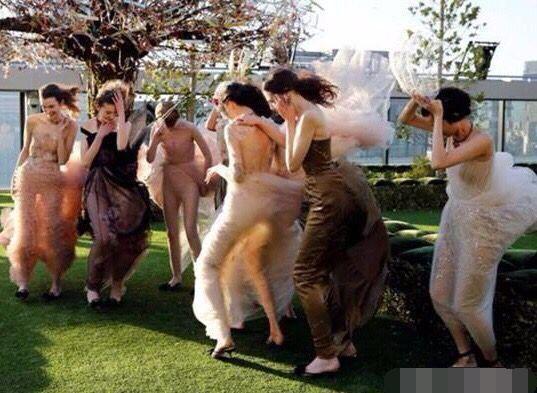 搞笑GIF:这阵风太欺负人了,看把美女们都吹成什么样了_男友