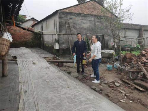青神县总工会党组书记、常务副主席陈建英到茅林村讲党课
