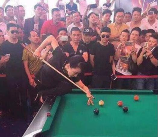 滚动:原创搞笑GIF:哥们,你们是来打桌球的还是来看妹子的?