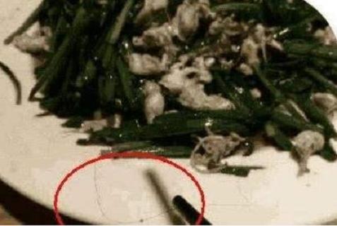 原创米饭中发现头发,丈夫一怒之下拿起刀片将娇妻剃成了光头!