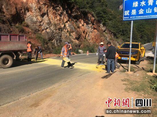 盐源县交通运输局保障2019·环泸沽湖国际自行车公开赛一路通畅_路面