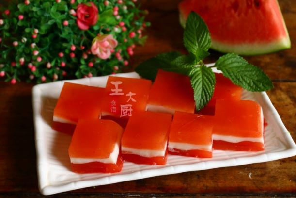 <b>酸甜可口的牛奶西瓜果冻,自己在家就能做,吃着放心,做法简单</b>