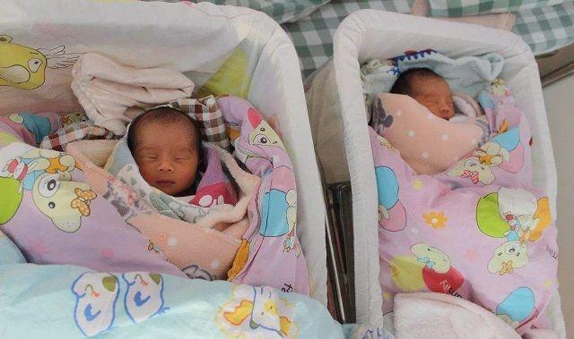 """双胞胎相差一周出生,丈夫怀疑妻子有""""外遇"""",医生的话让他愧疚"""