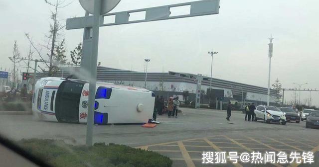 刚刚!菏泽一120急救车载病人与一小型汽车相撞,急救车侧翻……