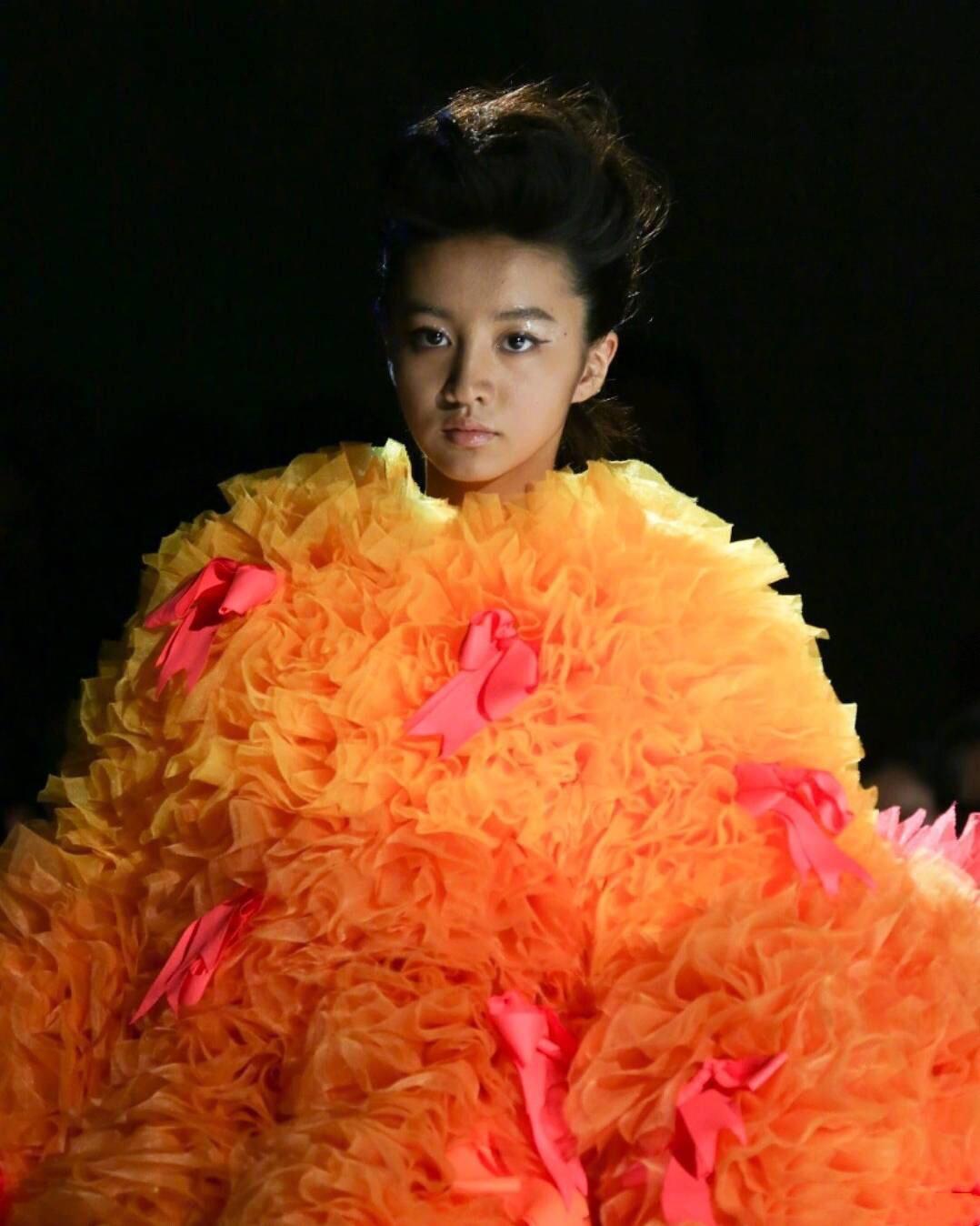 木村光希第三次登台走秀,造型夸张穿得像炸鸡,全靠个高长腿硬撑