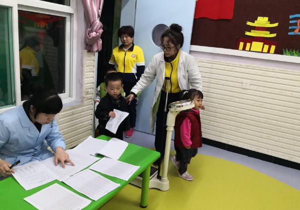 西安市高新区丈八社区卫生服务中心医院医生走进幼儿园为幼儿开展体检活动