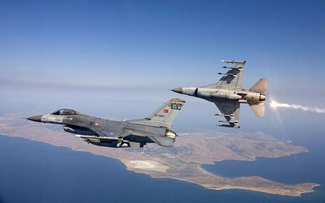 敘利亞上空:土軍F16正要展開轟炸,被蘇35貼近攔截_俄軍