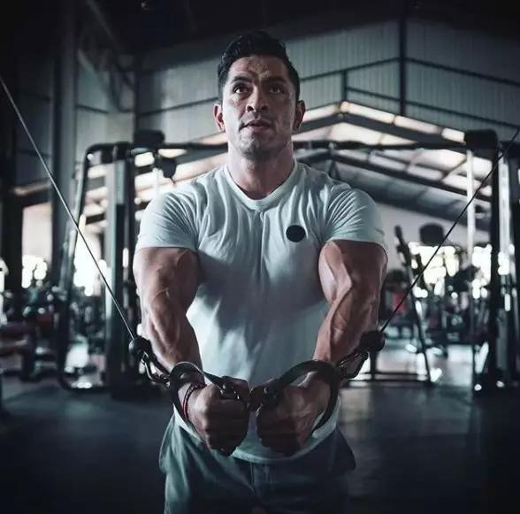 25岁肌肉巨兽,健身练到秃顶,网友:我要这身肌肉有何用!