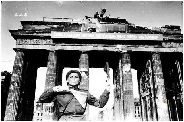 柏林战役结束之时的老照片:恶魔畏罪自杀,他让柏林变成残垣断壁
