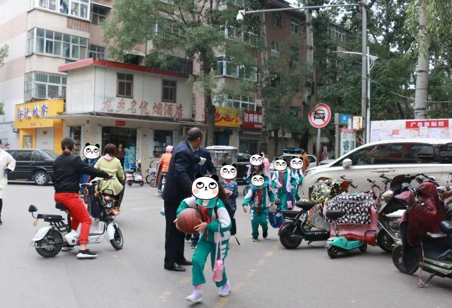 濮阳这位老人在路中间一站就是四年,你见过他吗?
