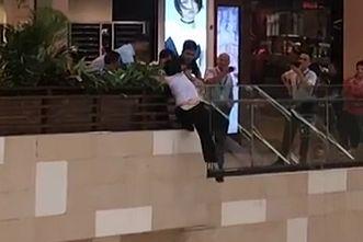 突发!中华城3楼有人要跳楼,穿着营业员的衣服?视频曝光,究竟是怎么回事?