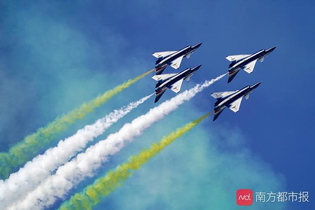 歼-10女飞行员:坐进机舱那刻起,男女飞行员都是战斗员