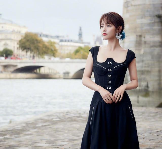 张嘉倪河畔写真,身穿方领连衣裙优雅满分,少女般身材太惊艳