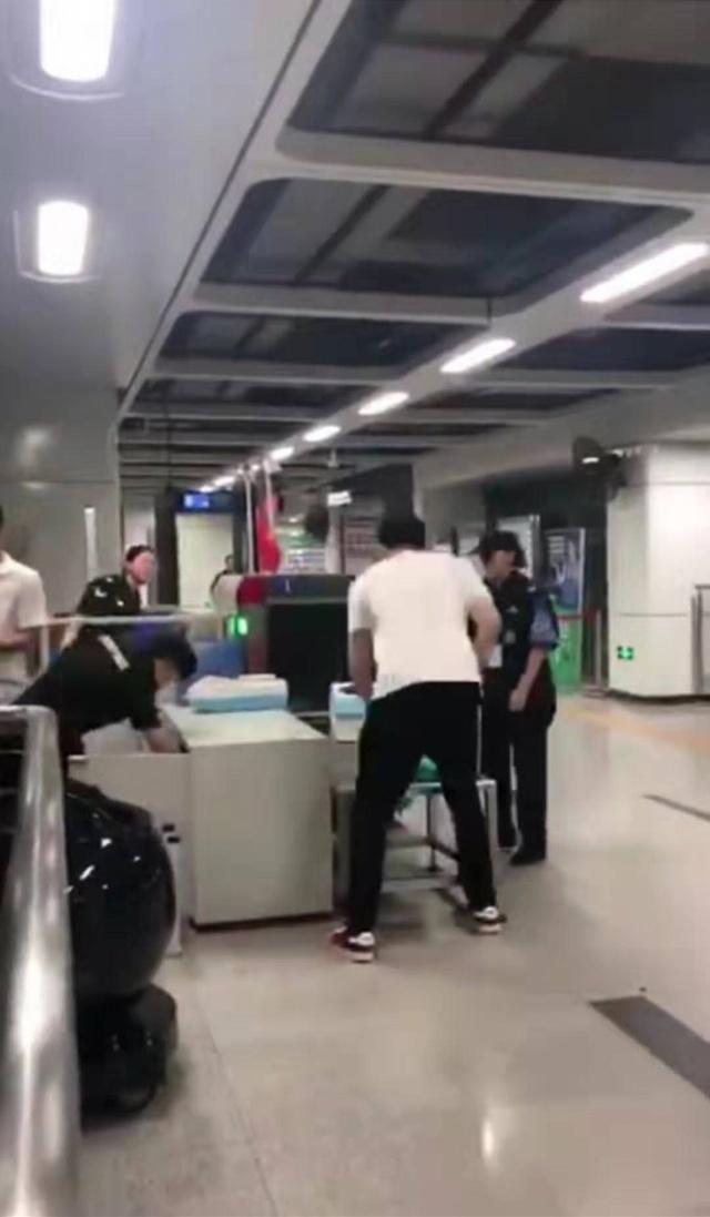 深圳地铁站两乘客拒不安检,持椅子暴揍安检员